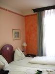 Doppelbett im Hotel Strasser