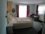 Zimmer mit Rosenblüten am Bett