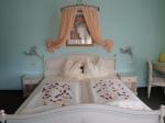 romantisch dekoriertes Bett