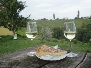 Wein-und-Kuchen-an-der-Herzerlstrasse