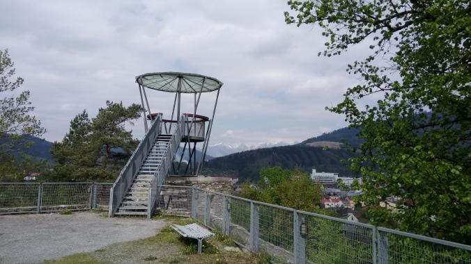 Aussichtsturm der Massenburg mit Reiting im Hintergrund