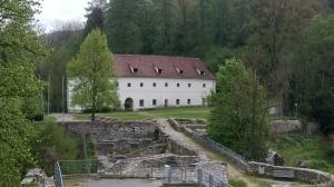 Torbau und Überreste der Massenburg