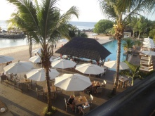 Blick auf Strandbar mit Pool