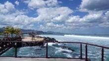 vorgelagerte Insel und Wellen
